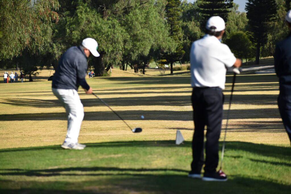 jugando el torneo de golf